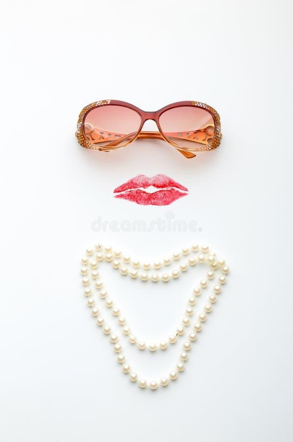 Стекла, губы и ожерелье формируя сторону женщины стоковые изображения