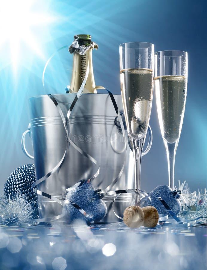 2 стекла и охладитель шампанского стоковое изображение rf