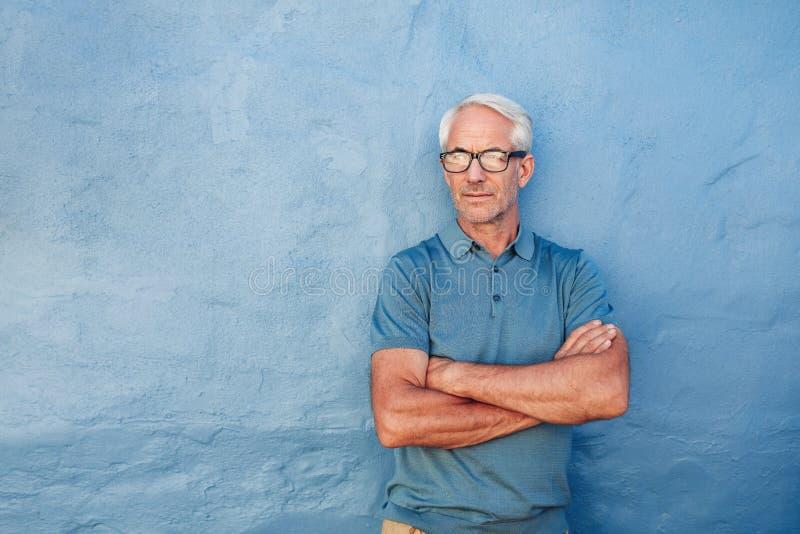 Стекла красивого зрелого человека нося стоковые фотографии rf