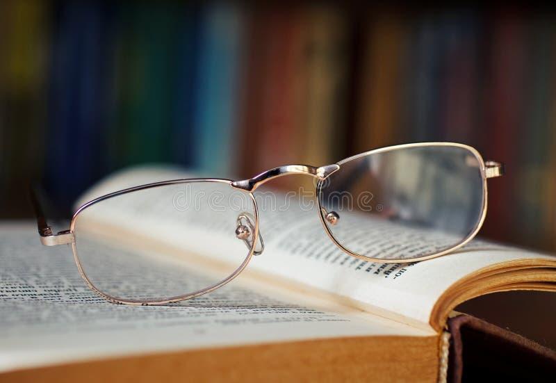 Стекла на книге стоковая фотография