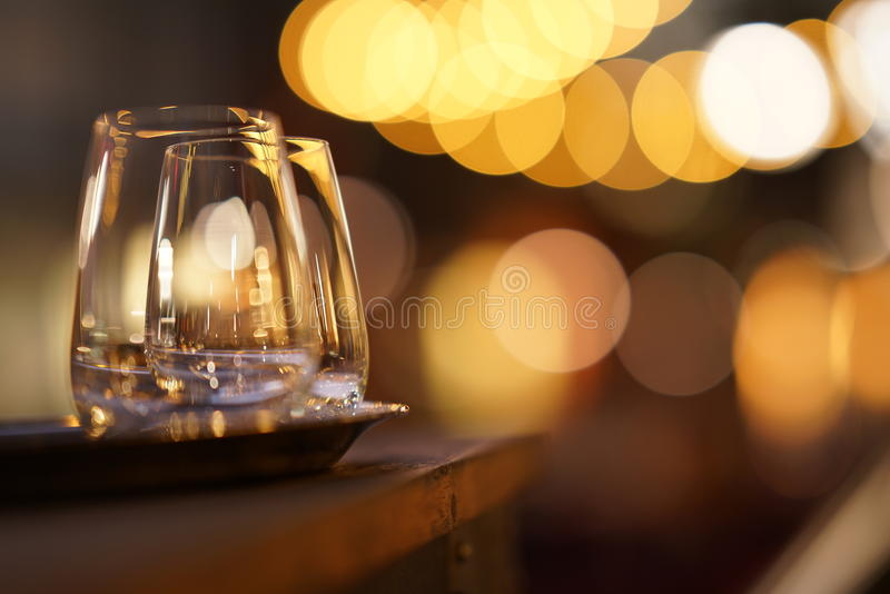 Стекла на патио на ноче стоковая фотография