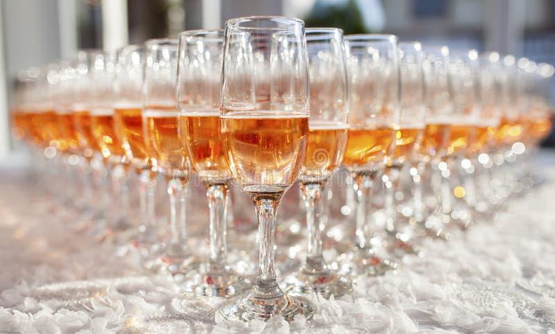 стекла обрамленные шампанским горизонтально сняли стоковые фотографии rf
