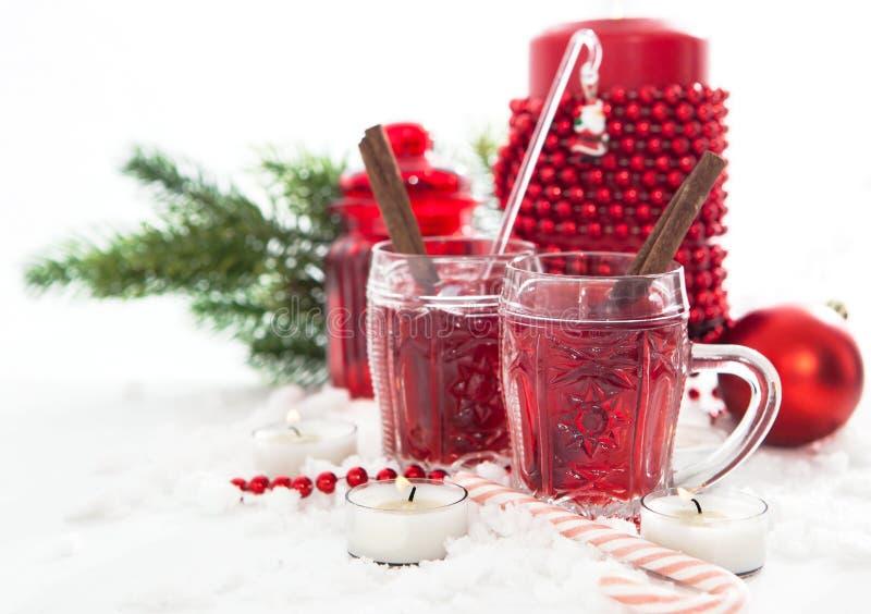 2 стекла обдумыванных вина и свечи с украшениями рождества стоковое изображение