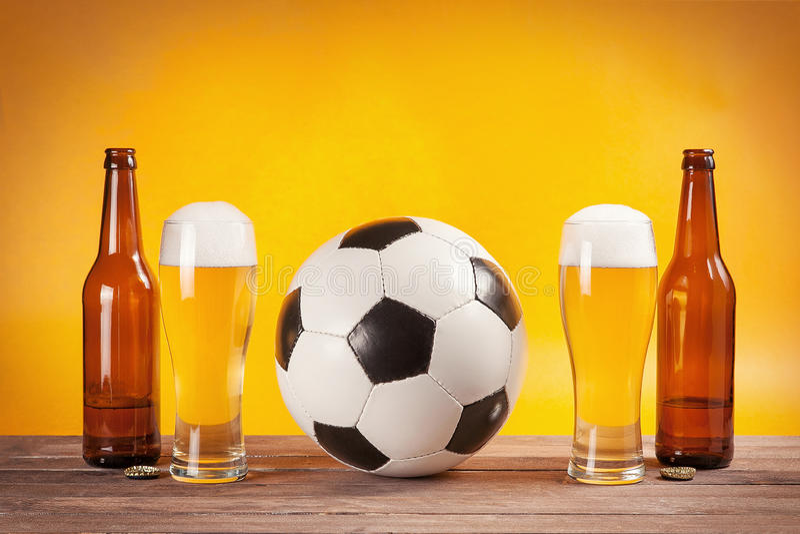 2 стекла пива и бутылок приближают к футбольному мячу стоковые изображения rf