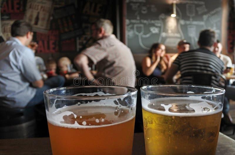 2 стекла пива на таблице паба стоковая фотография