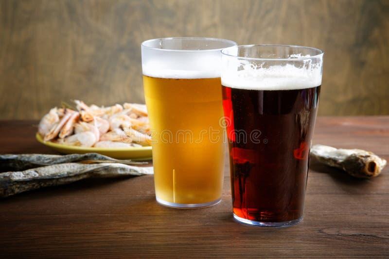2 стекла пива с высушенными рыбами стоковое изображение rf