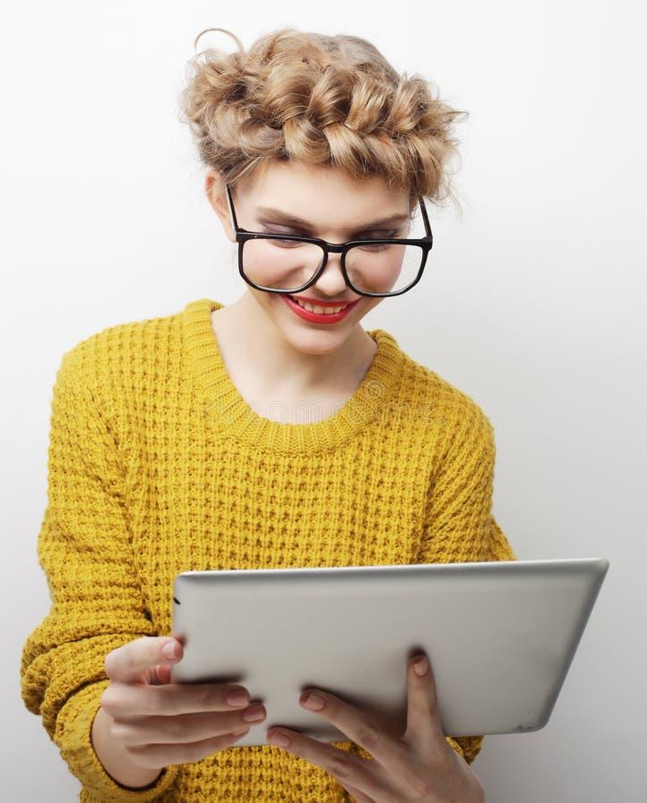 Стекла счастливого девочка-подростка нося с компьютером ПК таблетки стоковое изображение rf
