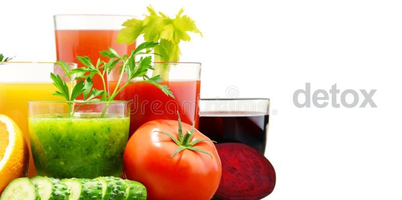 Стекла с свежими органическими овощем и фруктовыми соками на белизне стоковые изображения rf
