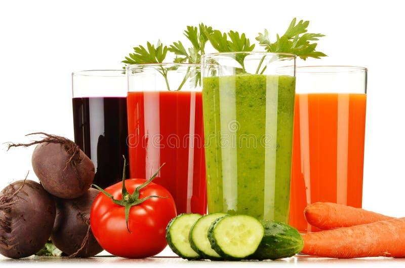 Стекла с свежими vegetable соками на белизне стоковые фотографии rf