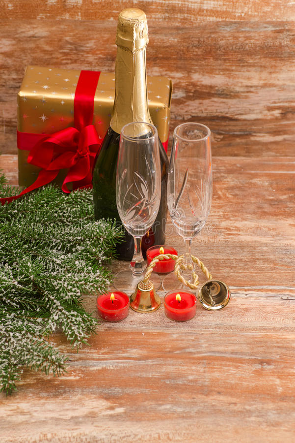 Стекла Шампани готовые для того чтобы принести в Новый Год стоковое изображение