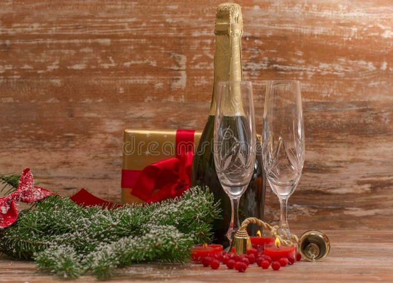 Стекла Шампани готовые для того чтобы принести в Новый Год стоковое изображение rf