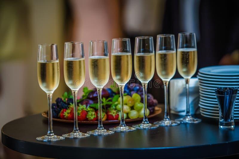 Стекла Шампани на таблице стоковая фотография