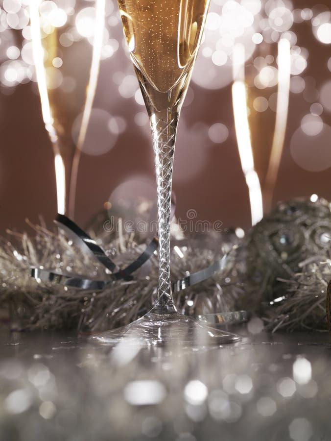 Стекла Шампани на темной золотой предпосылке стоковые фотографии rf