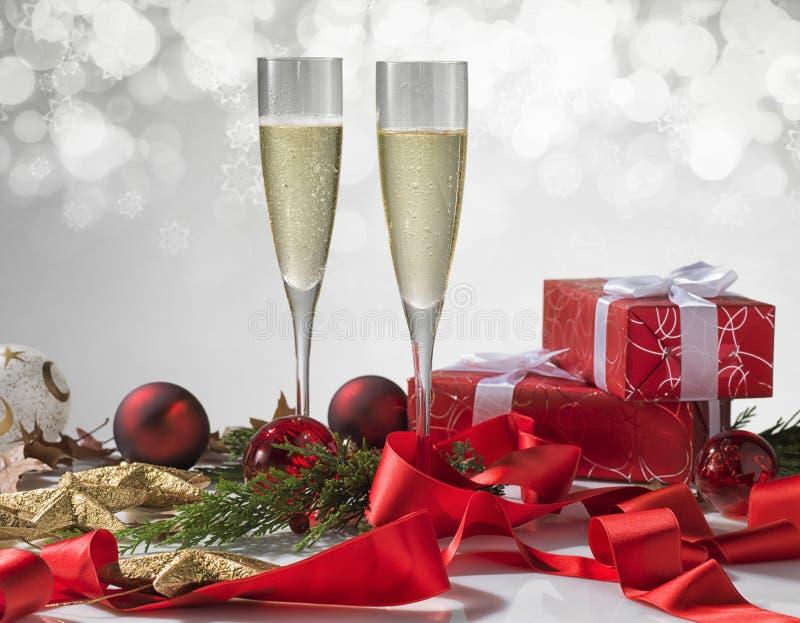 Стекла Шампани, шарики рождества, подарок и другие символы ho стоковые изображения