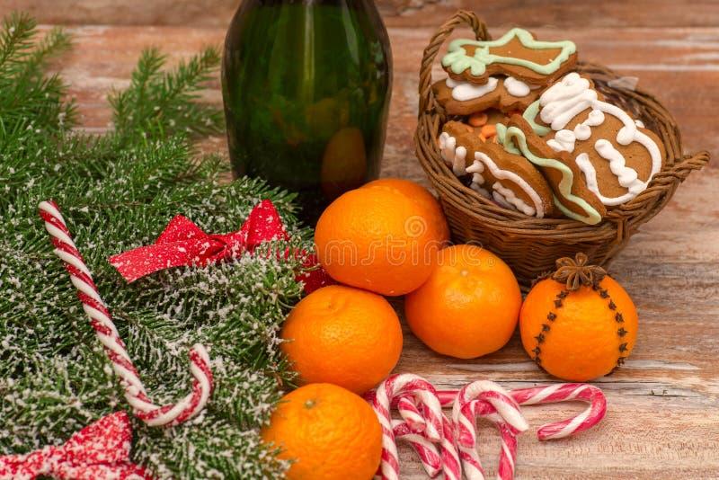 2 стекла шампанского готового для того чтобы принести в Новый Год стоковые фото