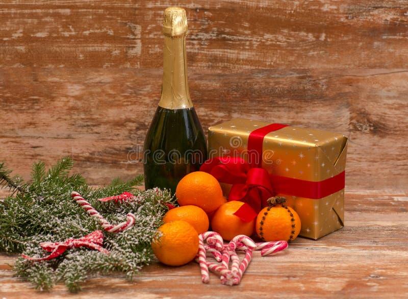 2 стекла шампанского готового для того чтобы принести в Новый Год стоковое изображение