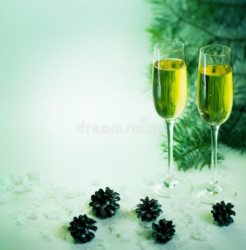 2 стекла шампанского готового для того чтобы принести в Новый Год стоковые фотографии rf