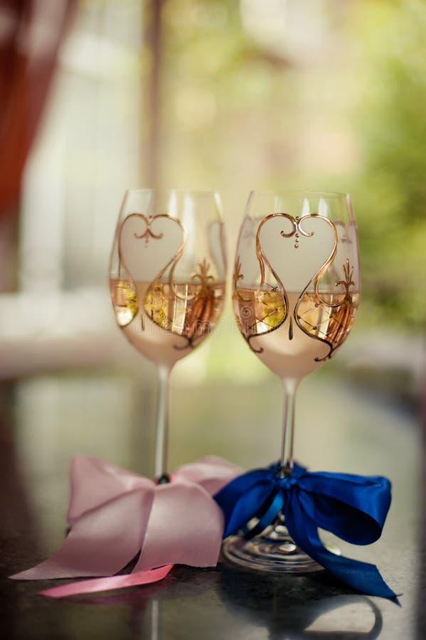 2 стекла шампанского на предпосылке букета свадьбы розовых роз Мягкий фокус, селективный фокус стоковое фото rf
