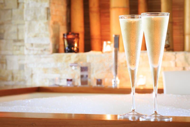 2 стекла шампанского около джакузи по мере того как предпосылка может valentines используемые открыткой ro стоковая фотография
