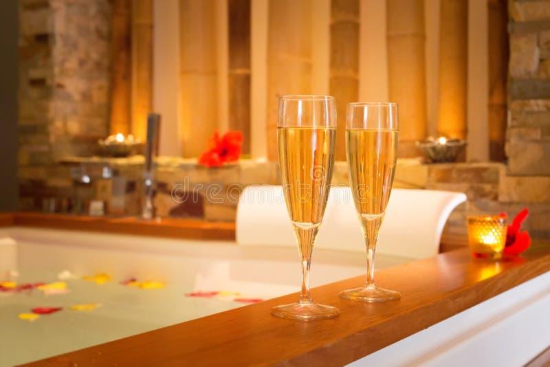 2 стекла шампанского около джакузи стоковые фото