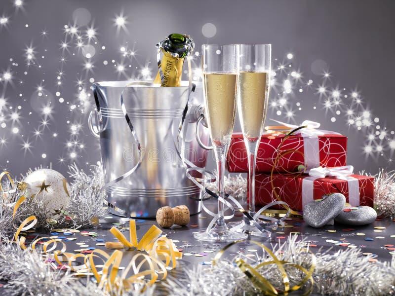 2 стекла шампанского, охладитель и подарка 2 красного цвета стоковое изображение