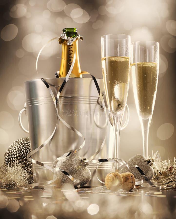 2 стекла шампанского с бутылкой в охладителе на заднем плане стоковое фото rf