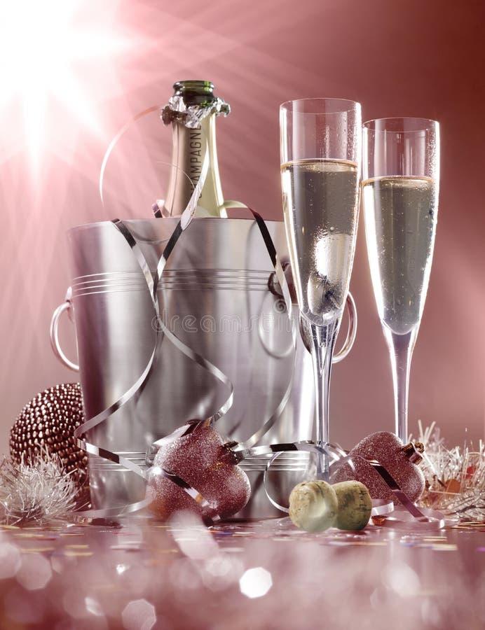Стекла шампанского с бутылкой в охладителе стоковая фотография rf