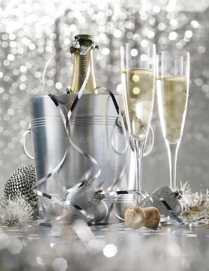 2 стекла шампанского с бутылкой в охладителе стоковые изображения