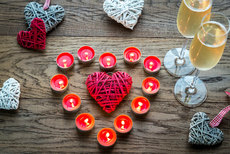 2 стекла шампанского с горящими свечами и сердцами тросточки стоковые изображения rf