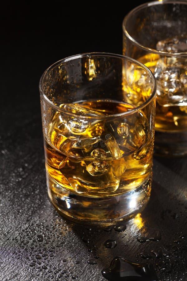 Стекла шотландского вискиа с льдом стоковая фотография rf