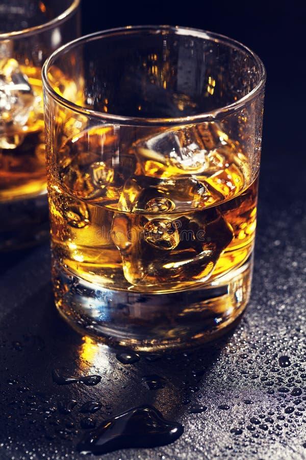Стекла шотландского вискиа с льдом стоковое фото rf