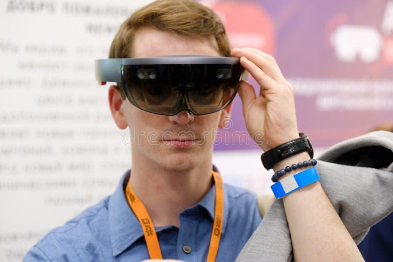Стекла hololens VR испытания молодого человека на конференции VR стоковое изображение rf