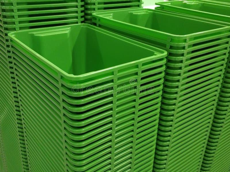 Стек зеленых цветных пластиковых корзин стоковые изображения