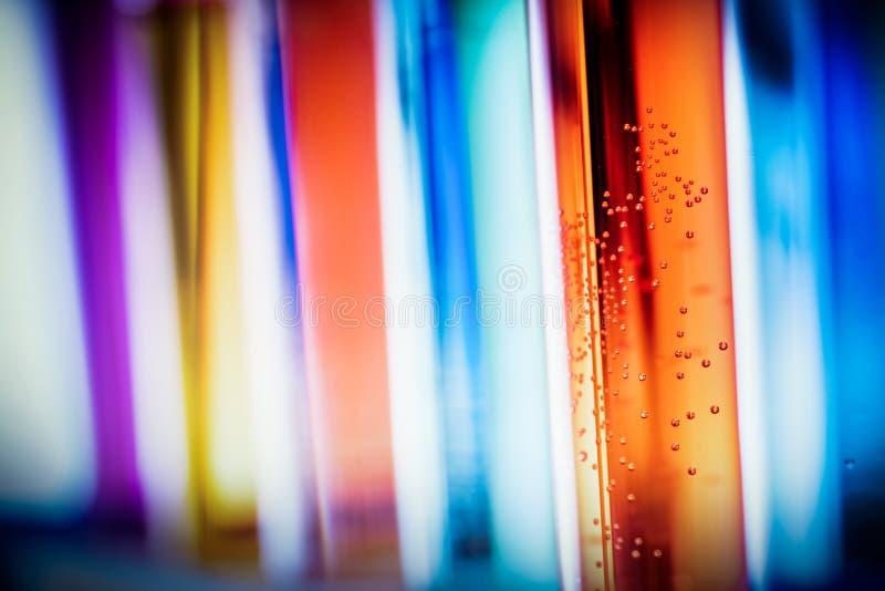 Стекло лаборатории заполненное с красочными веществами стоковые фотографии rf