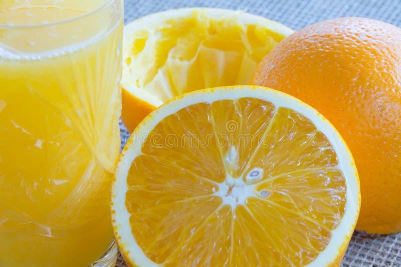 Стекло апельсинового сока и всего апельсина стоковые изображения rf