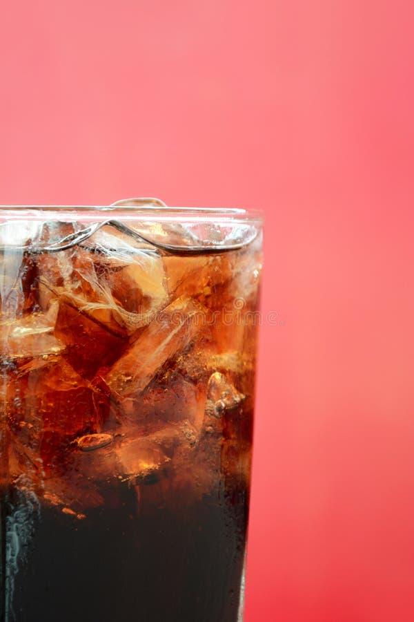 Стекло безалкогольного напитка колы с кубами льда стоковое изображение rf