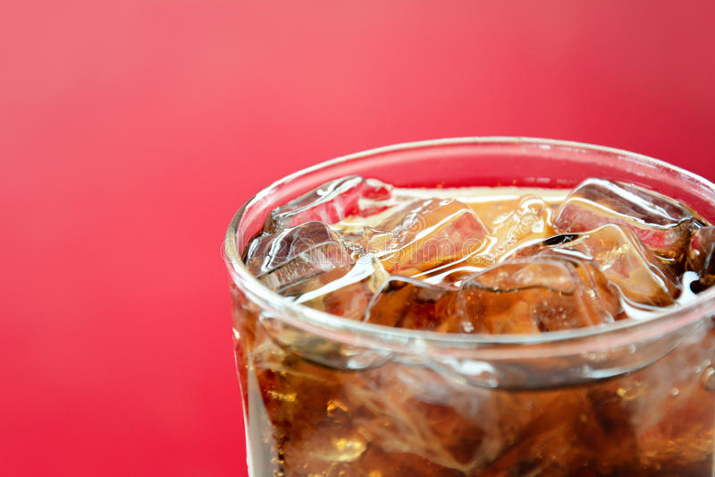 Стекло безалкогольного напитка колы с кубами льда стоковые изображения