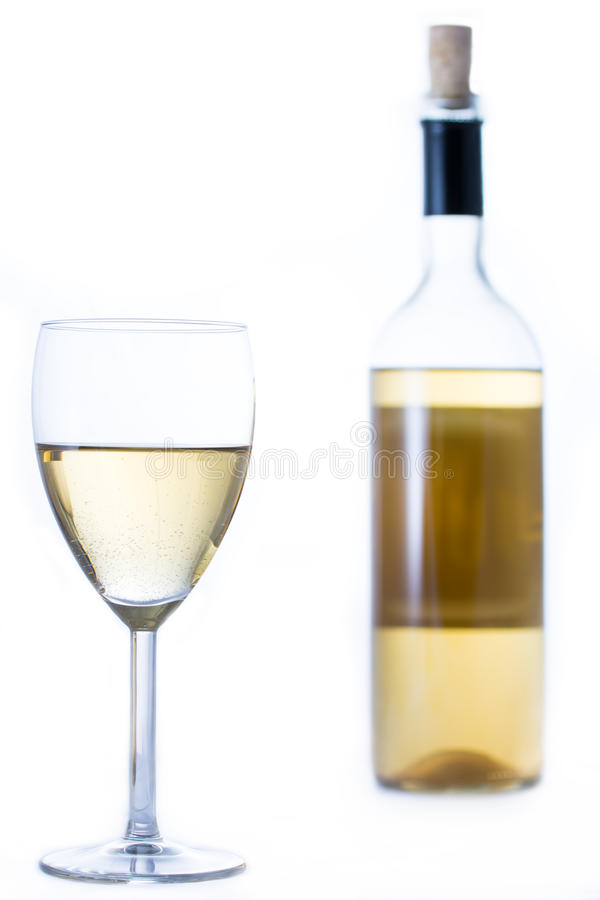 Download Стекло белого вина с бутылкой Стоковое Изображение - изображение насчитывающей рюмка, виноградник: 40586969