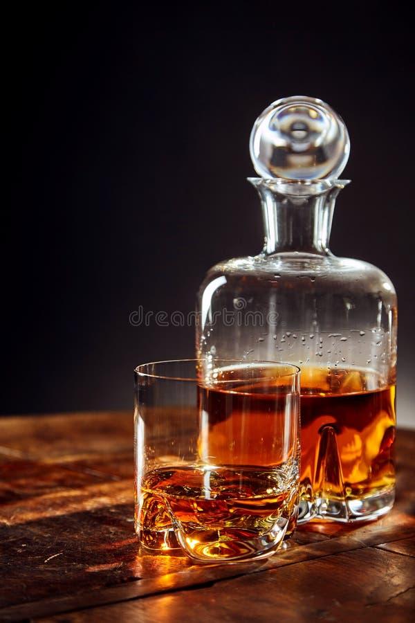 Стекло вискиа кроме графинчика на круглом столе стоковые изображения