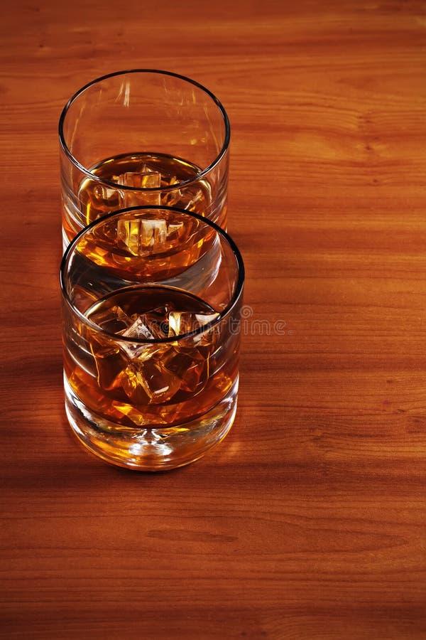 Download Стекло вискиа Highball с льдом и лимоном Стоковое Изображение - изображение насчитывающей кола, ликвор: 81814249