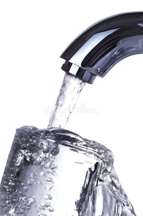Стекло водопроводного крана лить стоковые фотографии rf