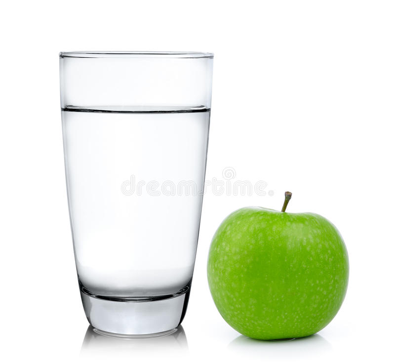 Стекло воды и яблока изолированных на белой предпосылке стоковое фото rf