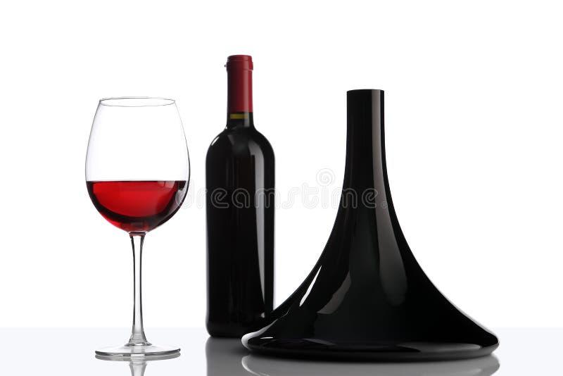 Стекло и бутылка графинчика красного вина на белизне стоковые изображения rf