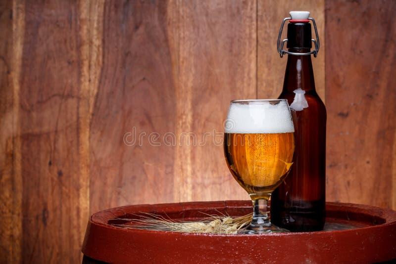 Стекло и бутылка с пивом стоковые изображения