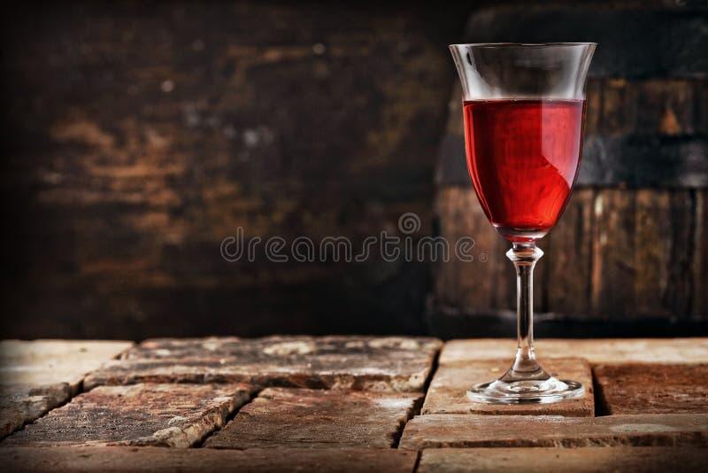 Стекло красного вина на старой деревенской таблице стоковая фотография rf