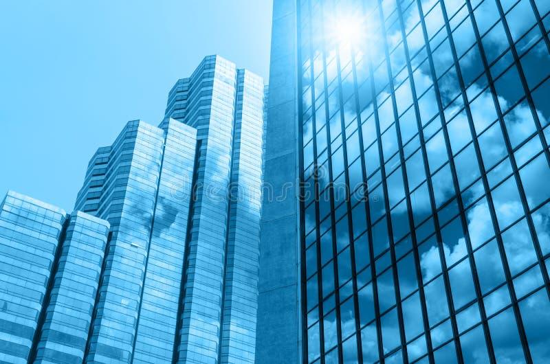 Стекло крупного плана строя небоскребов с облаком, делом conc стоковые фотографии rf