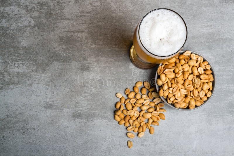 Стекло пива и арахисов стоковое изображение rf