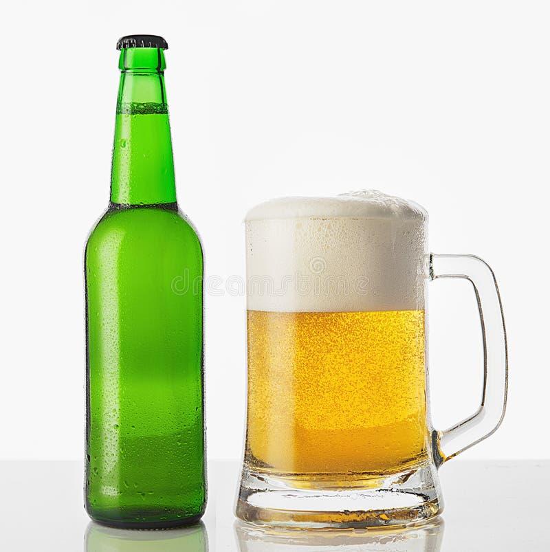 Стекло пива с бутылкой стоковое изображение rf