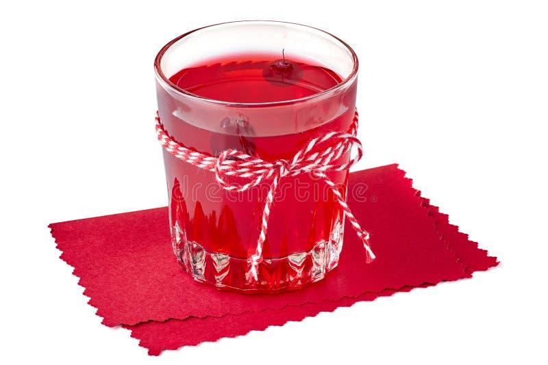 Стекло питья плодоовощ клюквы на красной бумажной салфетке стоковая фотография rf