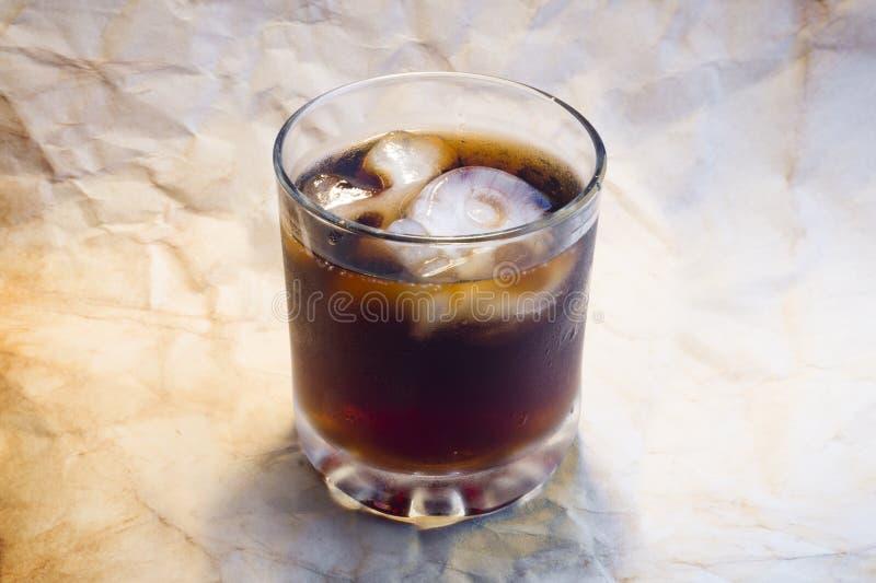 Стекло питья с черепом и косточки морозят стоковые изображения